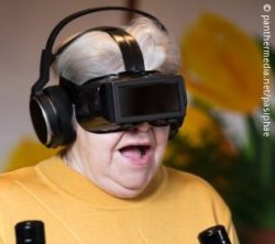 Image: An old woman wear virtual-reality glasses and a headset; Copyright: panthermedia.net/pasiphae