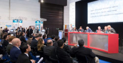Foto: Red stage of MEDICA HEALTH IT FORUM with speakers and audience