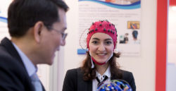 Foto: Wearable technologies - woman wearing an electrode cap